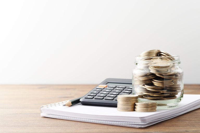 民間の介護保険と医療保険は併用OK、お金で介護の出費に備えられる